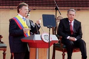 Juan Manuel Santos (L) and Alvaro Uribe