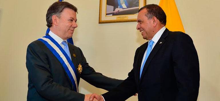 Juan Manuel Santos (L) and Porfirio Lobo